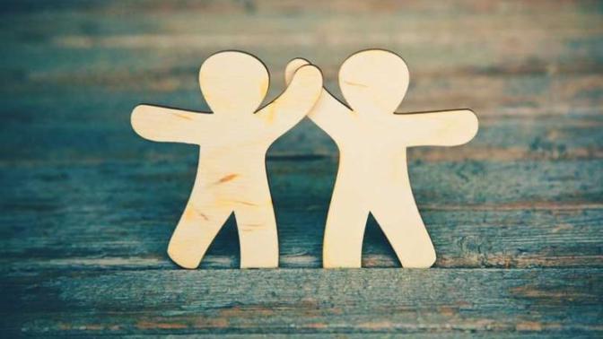 İlişkiyi gözlemlemek için tek başına veya arkadaşlarınla takılmak önemlidir.