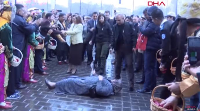 Yurdumuzdan Seçim Kutlamaları: Fatma Şahin'in Önüne Atlayıp
