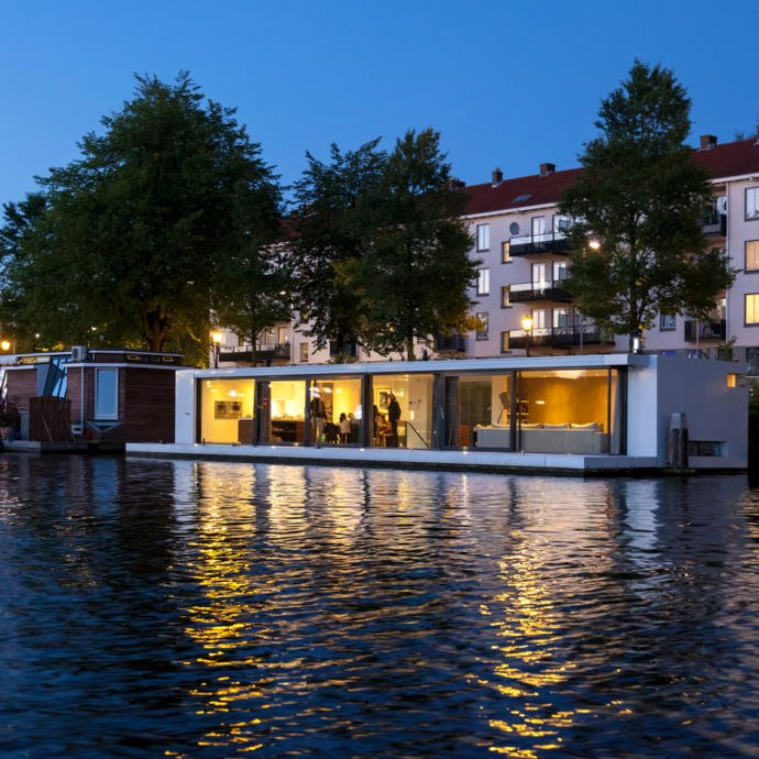 +31 Architects tarafından düzenlenen bu yüzen evin yarısı, Amsterdam'ın Amstel nehrine batırılmış durumda.
