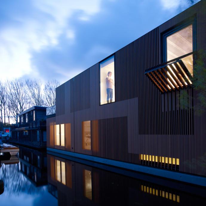 Framework Architect ve Studio Prototype tarafından tasarlanan bu tekne, Amsterdam'ın güneybatısındaki bir kanalda demirlenmiştir.