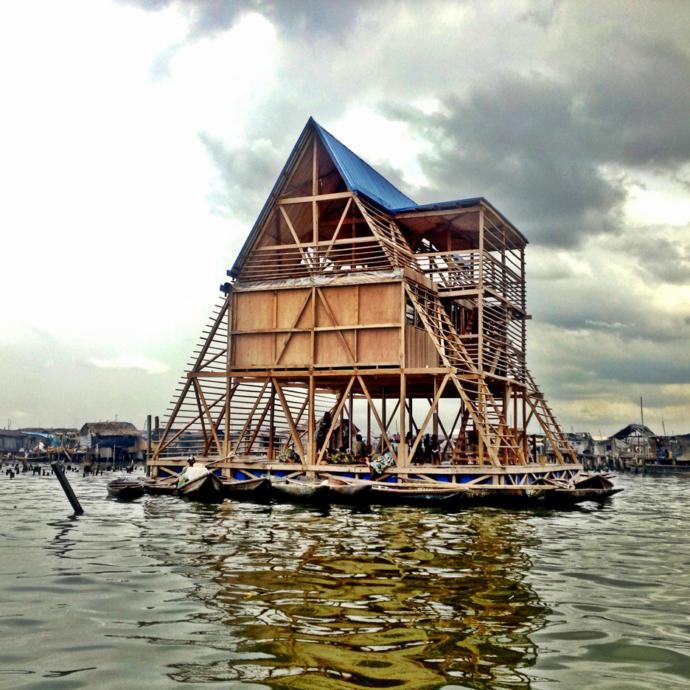 Makoko Yüzen Okulu: Tahmin edilemeyen su seviyelerine sahip Afrika bölgelerinde inşaat için tasarlanan bir prototip.