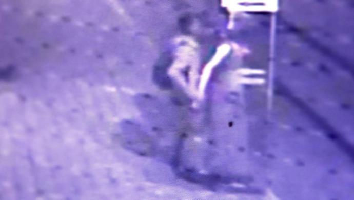 Cansız Mankene Taciz Anı Güvenlik Kamerasında