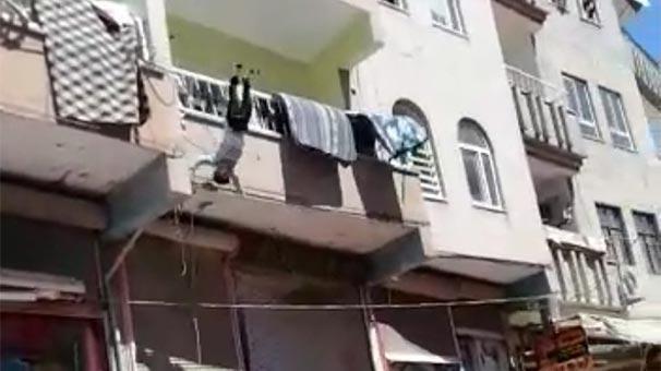 Balkondan Düşen Çocuk Havada Yakalandı!