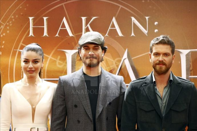 Çağatay Ulusoy (ortada), Ayça Ayşin Turan (solda) ve Engin Öztürk (sağda)