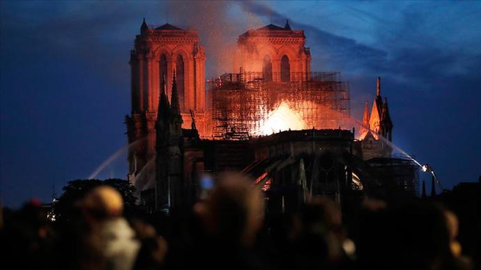850 Yıllık Notre Dame Katedrali'nin Büyük Bir Bölümü Yandı (Paris)
