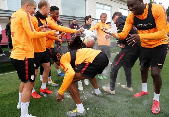 Lider Galatasaray'da Keyifler Yerinde, Taffarel'e Yumurtalı Doğum Günü Kutlaması (Foto Haber)