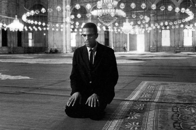 Malcolm X namaz kılarken