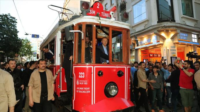 Erdoğan Beyoğlu'nda Tramvaya Bindi, Vatandaşlara