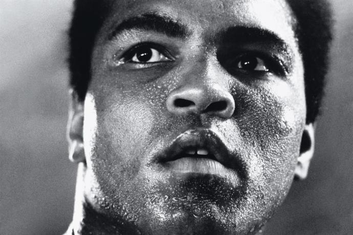 Muhammed Ali poz verirken