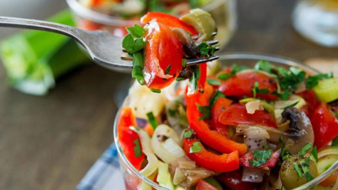 En Sevilen Yaz Salatalarından Olan Yapımı Basit Bir Lezzet: Zeytinli Salata!