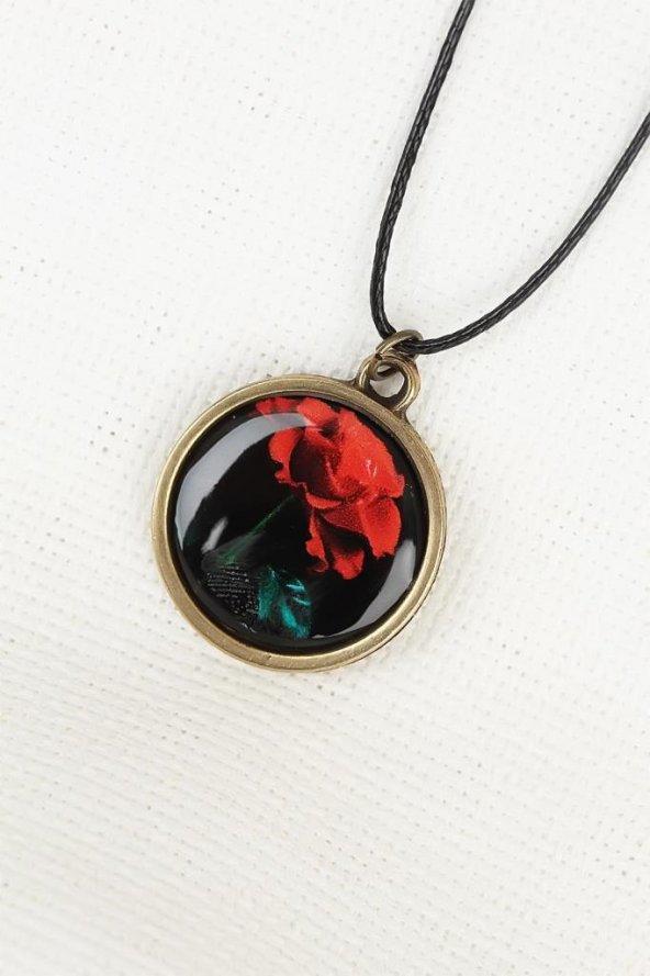Kırmızı Gül Desenli Eskitme Metal Siyah Renk Deri İpli Bayan Kolye