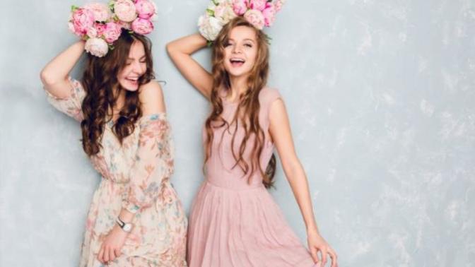 Bayramda Çiçek Gibi Giyinmek İsteyen Kızlar İçin, Baharı Yansıtan Çiçek Desenli Elbise Kombin Önerisi