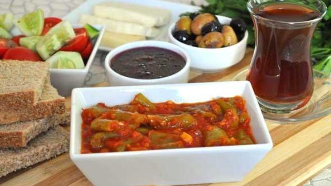 Kahvaltı ya da Akşam Yemeği Fark Etmeksizin Sofraları Şenlendirecek Pratik Bir Lezzet: Domates Biber Kavurması