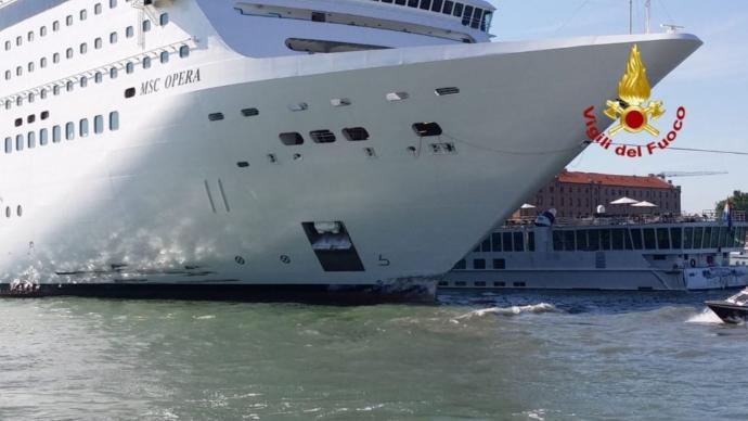 Venedik'te Cruise Gemisi İskele ve Tur Teknesine Çarptı!