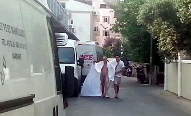 Alkollü Erkek Turist Marmaris Sokaklarında Anadan Doğma Dolaştı!
