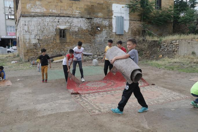 Yozgat'ta Çocuklar Evden Getirdikleri Kilimlerle 'Halı Saha' Yaptı!