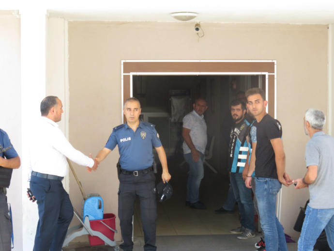 Saldırganları Kapıda Karşılayan Polis Amiri