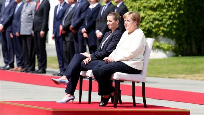 Angela Merkel Titreme Nöbeti Geçirmemesi İçin Sandalyede