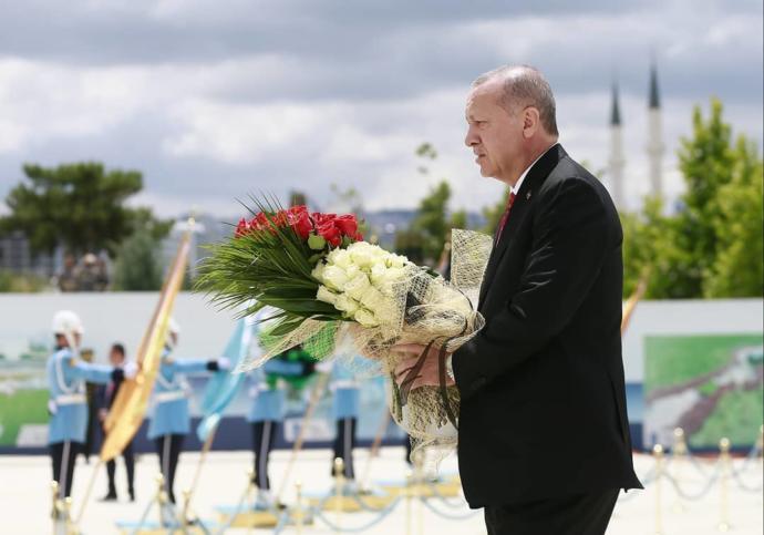 Cumhurbaşkanı Erdoğan, 15 Temmuz Şehitler Abidesi'ne Çiçek Bıraktı