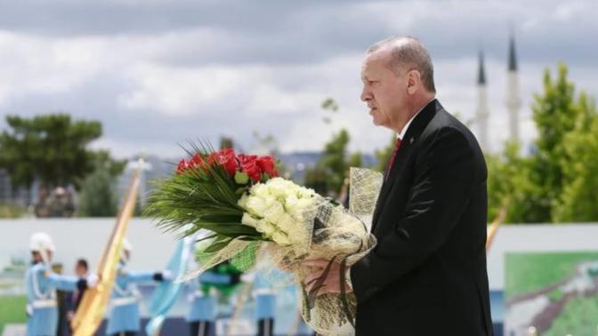Cumhurbaşkanı Erdoğan 15 Temmuz Şehitler Abidesi'ne Çiçek Bıraktı (15 Temmuz Demokrasi ve Milli Birlik Günü)
