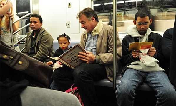 Minik çocuğa kitap gösteren adam!