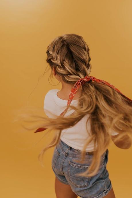 Saç Bakımda Acil Durum Yöneticisi: Kuru Şampuan Kullanma Rehberi