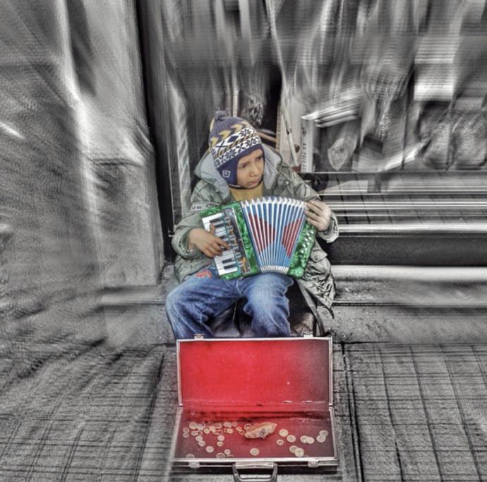İstiklal caddesinde akordion çalan çocuk (İstanbul)