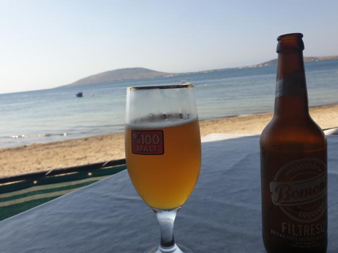 Diğer ada manzaralarına karşı içmek harika...