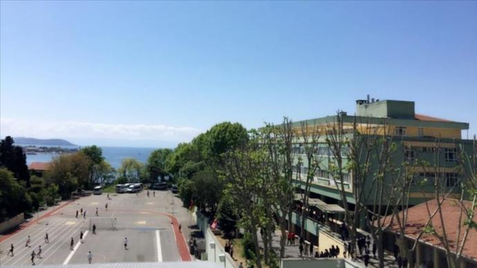 Kadıköy Anadolu Lisesi'nde Gerçekleştirilen 'Simit Parçaları Atma' Geleneğine İnceleme Başlatıldı