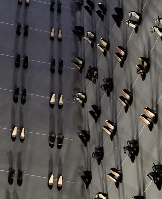 Kabataş'ta 440 Çift Kadın Ayakkabısı Duvara Asıldı