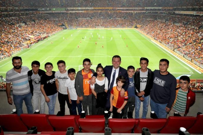 Ekrem İmamoğlu ve Çocuklar Türk Telekom Stadyumu'nda