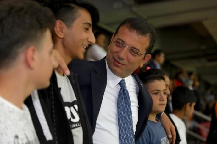 İBB Başkanı Ekrem İmamoğlu, Sultanbeyli'den Gelen Çocuklarla Galatasaray-Kasımpaşa Maçını İzledi