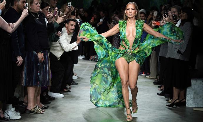 Jennifer Lopez, Versace Tasarımı ile Moda Dünyasını Bir Kez Daha Salladı