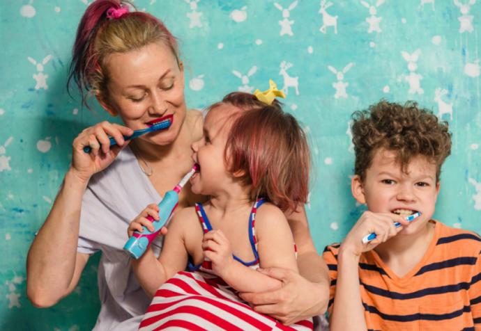 Diş fırçalama konusunda çocuklarımıza örnek olmalıyız