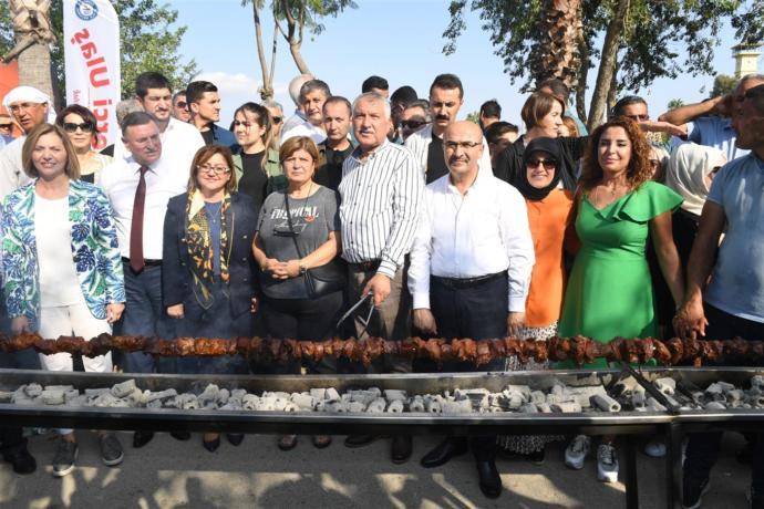 Adana'da, Çin'e Ait Olan Tek Şişte Et Pişirme Rekoru Kırıldı (233,6 Metre)