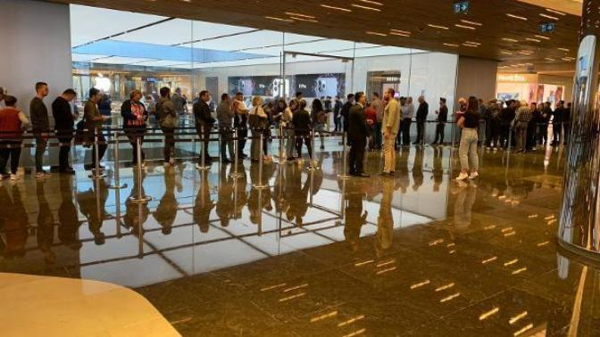 İstanbul'da iPhone 11 Sahibi Olmak İsteyenler Metrelerce Kuyruk Oluşturdu!