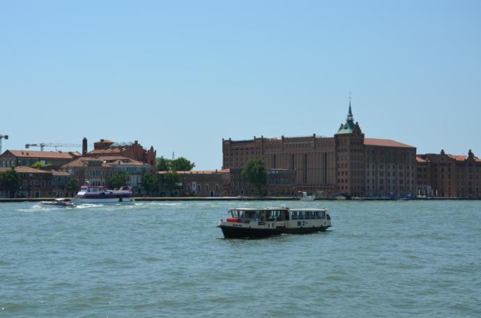venediklilerin ulaşımda kullandığı vaporetto