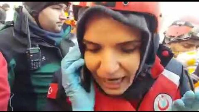 Elazığ'da Enkaz Altındakilerle Cep Telefonu İle Temas Kuruldu