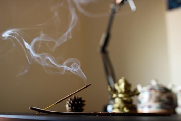 Yoga Sırasında Yakılan Tütsünün Egzotic Aroması Rahatlama Hissini Arttırıyor