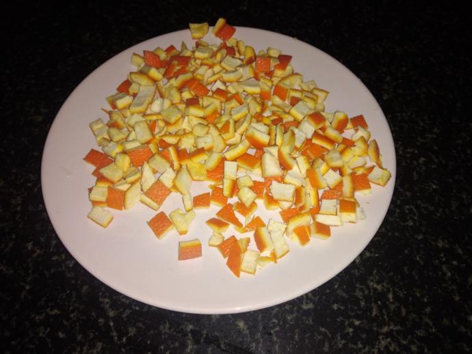 Doğranmış portakal kabukları