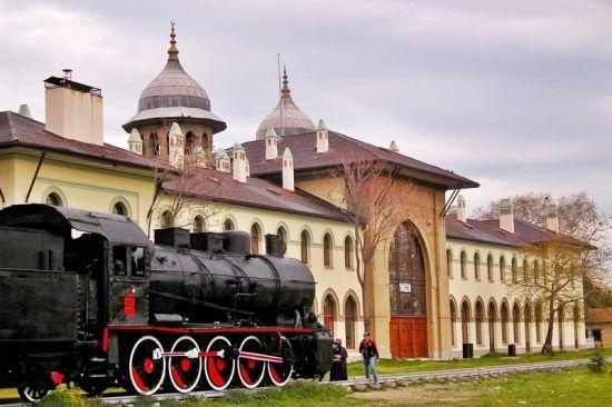 Tarihi Edirne tran garı ve İsmet Paşanın Lozana gidip geldiği tren. (vagonu görüntüde yok ama orada)