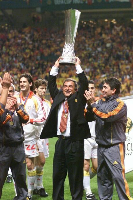 17 Mayıs 2000,UEFA Kupası Fatih Terimin ellerinde yükseliyor.