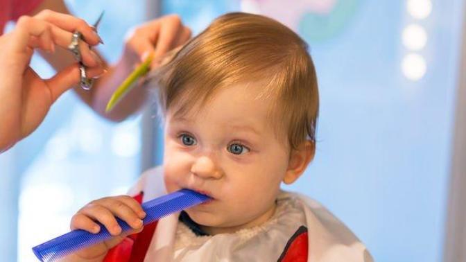 Bebek Saçı Nasıl Kesilir? Bebekler Saçlarıyla Barışık Olsa da Ebeveynler Rahat Durmaz!