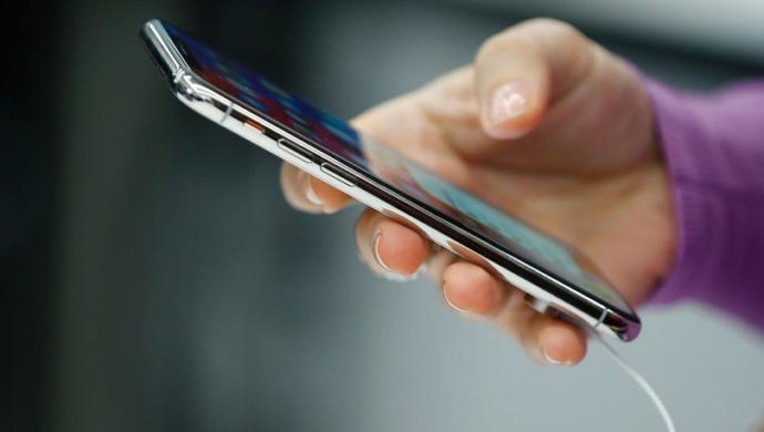 Yeni bir cep telefonu hediye ederek annenizi mutlu edebilirsiniz...