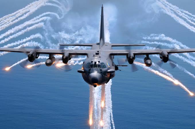 Alev topu bırakan bir AC-130
