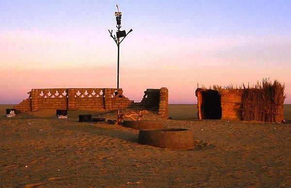 Tenere Anıtı, Ön Tarafta Su Kuyuları Var.