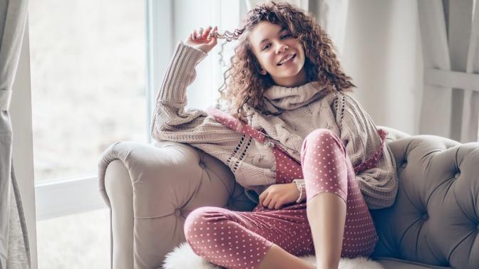 Kıvırcık Saçlara Şekil Vermenin Zor Olduğunu Düşünenler Buraya: Evde Saç Şekillendirmek Kuaförden Daha Eğlenceli!