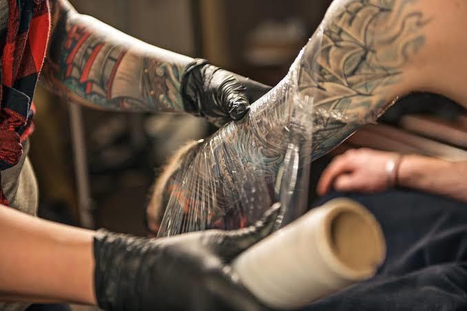 Dövme Yaptırdıktan Sonra Duş İçin Biraz Bekleyin