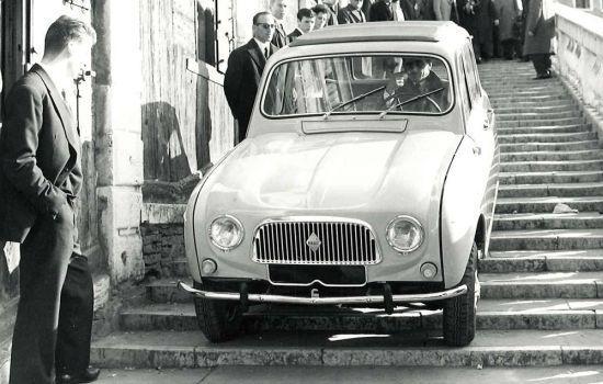 Cumhurbaşkanı De Gaulle Renault 4 ile merdivenli sokaklarda geziyor