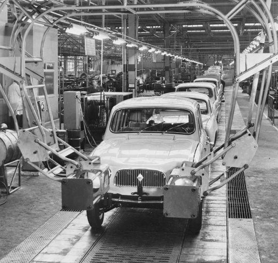 İlk renault 4 L otomobiller üretim bandında